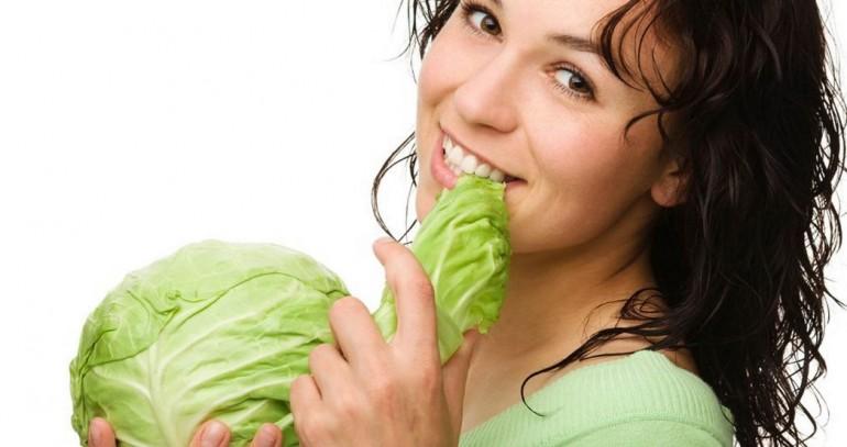 Капустная диета — лёгкий способ избавиться от лишних килограммов за максимально короткие сроки. Неоценимым плюсом данной диеты является то, что можно употреблять неограниченное количество данного продукта в любое время, а значит — голодать точно не придётся. Принцип диеты: В белокочанной капусте содержится около 20-25 ккал на 100г, в цветной - 30, в брокколи - 25, в квашеной капусте-19. И так как все эти виды овощей относятся к группе сложных углеводов, то на их усвоение организм тратит энергии намного больше, чем получает из них. Помимо этого капуста — идеальный источник клетчатки, способствующий улучшению работы желудочно-кишечного тракта, что способствует похудению. А квашенная капуста ещё и содержит витамин С, укрепляющий иммунитет. Польза данной диеты заключается не только в её эффективности, но и в очищении организма и помощи в работе печени. Однако такой рацион имеет и свой весомый недостаток, в котором заключается несбалансированность, потому нельзя проводить такую диету дольше, чем 7-10 дней раз в два месяца. Ведь разгрузка организма — это тяжёлый и изматывающий процесс, и выдержать его сложно. Правила проведения капустной диеты: 1.Необходимо полностью отказаться от сладкой, солёной, жирной и жареной пищи, мучного и алкоголя. 2.Суточная калорийность блюд не должна превышать 800 ккал. 3.Нужно потреблять как можно больше чистой негазированной воды, в идеале 2,5л. 4.Можно употреблять неограниченное количество свежей капусты или блюда, содержащие этот продукт: салаты и капустные супы. Разрешено добавлять и другие овощи (исключение составляет картофель). Примерное меню на день для классической капустной диеты на 7-10дн: Завтрак: кофе или чай без сахара. Обед: вареная говядина/курица с капустным салатом. Ужин: овощной салат с преобладанием в нём капусты. За час до сна рекомендуется выпивать стакан маложирного йогурта или кефира. Примерное меню на день для трёхдневной диеты на квашеной капусте: Завтрак: гречневая/ овсяная каша / творог. Обед: салат из квашеной кап