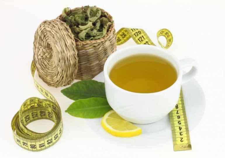 Почему зеленый чай незаменим на диете для похудения Каждая женщина, а иногда и мужчины, стремятся всегда быть привлекательными, для чего постоянно следят за своей фигурой. Существует просто огромное количество диет, но не факт, что они подойдут любому человеку. Здесь главное научиться слышать и понимать свой организм. Во всех случаях и при любом питании на помощь приходит зеленый чай. Помощь его заключается в том, что, благодаря своим чудесным свойствам, которые были известны еще со времен Китайских императоров, он снижает аппетит, что помогает сохранить фигуру стройной. Кроме того, этот изумрудный напиток очень полезен, т.к. содержит в себе большое количество минералов, дубильных веществ и антиоксидантов. !!!Известно влияние белков на организм при правильном питании, так вот зеленый чай имеет в своем составе растительный белок, поэтому не стоит употреблять его взамен жидкости!!! Нередко встречается мнение, что зеленый чай – это незаменимое средство для похудения. Так в чем же заключается его незаменимость? Оказывается, зеленый чай:  ускоряет метаболизм, т.е. обмен веществ;  является мочегонным средством, что является отличной профилактикой против отечности ног;  способствует понижению сахара в крови;  понижает артериальное давление;  укрепляет стенки сосудов;  выводит соли тяжелых металлов из организма. Все вышеперечисленные действия при употреблении зеленого чая настраивают организм на стабильную работу, а, следовательно, не позволяют набирать вес. Кроме того, регулярно употребляя этот чай, можно уменьшить количество жировых запасов, благодаря содержанию полифенолов, которые увеличивают теплообмен организма, перерабатывая жиры. А за счет катехинов и аминокислот, содержащихся в чае, замедляется процесс старения. Эти же вещества защищают организм от воздействия токсинов. Спортсмены утверждают, что употребление зеленого чая во время тренировок очень тонизирует и быстро сжигает лишние жиры. Также он является противовоспалительным, антисептическим и антистрессовым сред