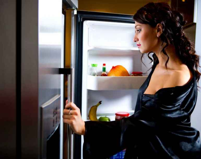 фото думает ночью у холодильника известно