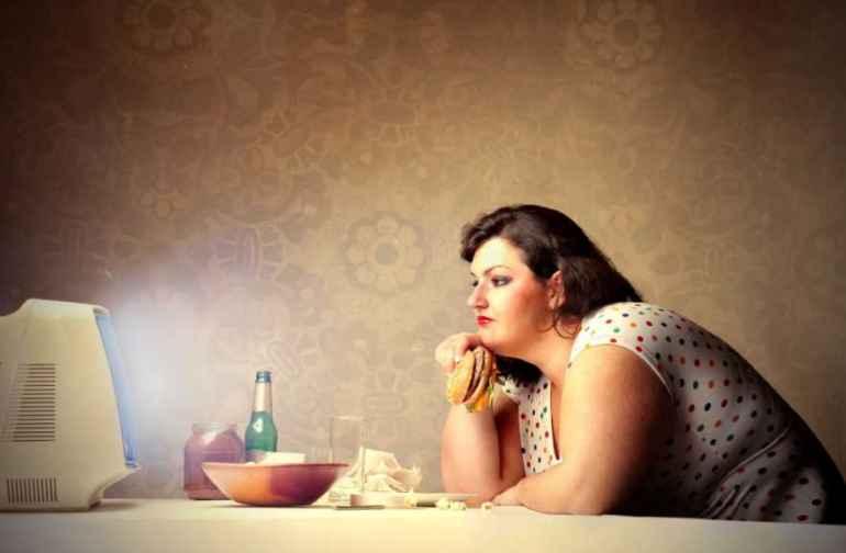 Почему нельзя есть перед телевизором тем, кто не хочет поправиться