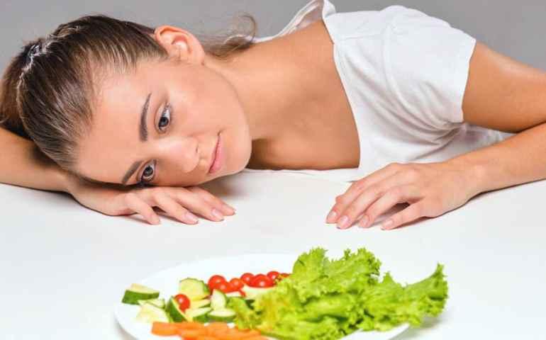 Многие люди думают, что, употребляя только один продукт, можно быстро похудеть. На самом деле только разнообразное и полноценное питание