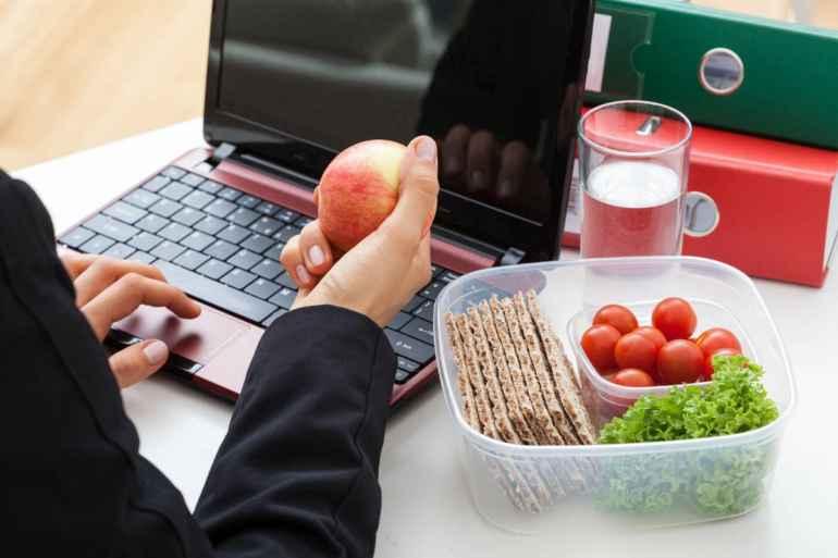 Чем ни в коем случае нельзя перекусывать в течение дня, если вы дорожите талией