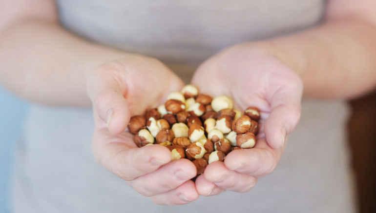 Почему диетологи советуют всегда носить с собою горсть орешков тем, кто на диете