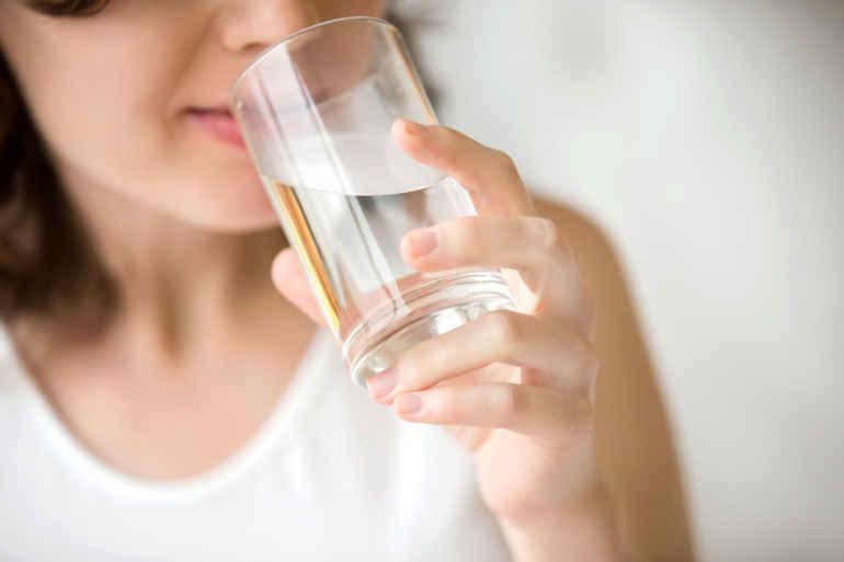 Зачем диетологи советуют выпивать перед завтраком два стакана воды
