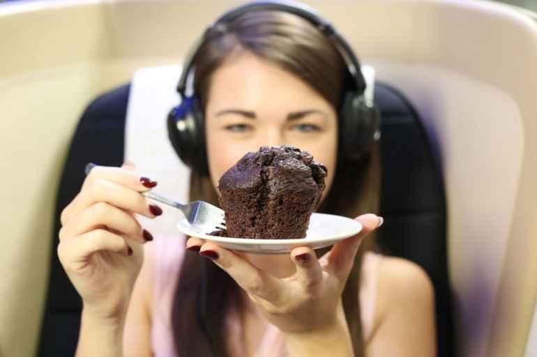 Почему диетологи советуют есть под приятную музыку