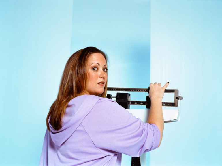 5 незаметных привычек за столом, приводящих к набору веса