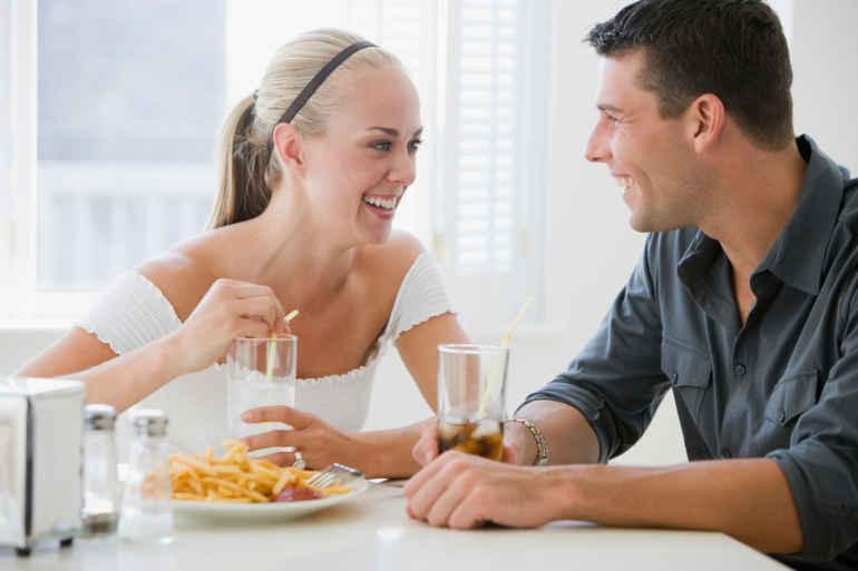 Почему разговоры во время еды вредят фигуре