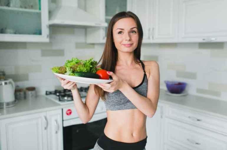 Зачем диетологи советуют правшам есть левой рукой, чтобы похудеть