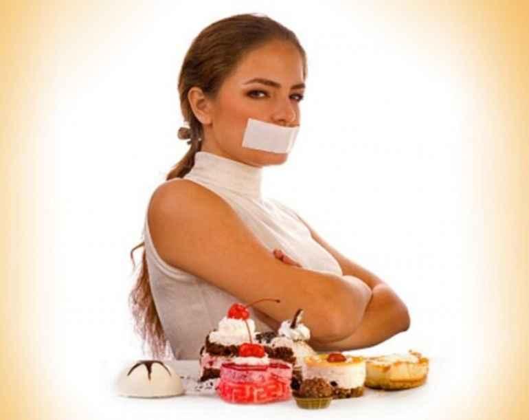 Как есть в удовольствие, но не переедать: 5 проверенных временем уловок Чрезмерное увлечение едой достаточно опасная привычка, что, в первую очередь порождает избыточный вес, а второе – плохо сказывается на состоянии здоровья и организма в целом. Первая рекомендация – не голодать! Важно разбить время приемов пищи (завтрак, обед, ужин) так, чтобы в промежутках не было ощущение голода и была возможность спокойно выждать время до трапезы. В том случае, если промежутки между главными приемами пищи выходят больше 4-ех часов, смело перекусывайте. Главное, перекус сделать легким. Дабы подкрепиться и не переесть в основной прием пищи. Перекусить можно: • Нежирным йогуртом; • Кефиром; • Фруктами; • Овощами (можно вареными или запечёнными). Не следует уединяться, чтобы поесть Этой рекомендацией мы должны профессорам, чьи эксперименты были обращены на исследование психологии и человеческих манер. Было установлено, что девушки, которые трапезничают вместе с друзьями, где не положено есть в больших количествах, ограничивались легким перекусом. Данный эффект поясняется известным стадным чувством, когда человек не горит желанием отличаться от людей в группе и следует установленным правилам. Между прочим, такое же поведение повторится, если женщина окажется за столом с мужчинами. Только в данном случае, поводом выбрать салат станет желание показать себя с лучшей стороны. Больше отдыха и сна Если каждый день совершать над собой усердие и немного отдыхать, результатом будет то, что организм станет требовать быстрых углеводов в роли компенсации. Дабы избежать такого эффекта, необходимо выбирать время для расслабления, оградив себя от стресса, иначе потом придется искать ресурсы удовольствия в еде. Не следует ущемлять себя в еде Бывает такое, что организм просит макарон, а разрешена только гречневая каша. Стремясь забыть про запрещенный продукт, человек ест то, что разрешено на диете в больших количествах, ведь его можно употреблять, делая этим большую ошибку. Желательно съесть малость
