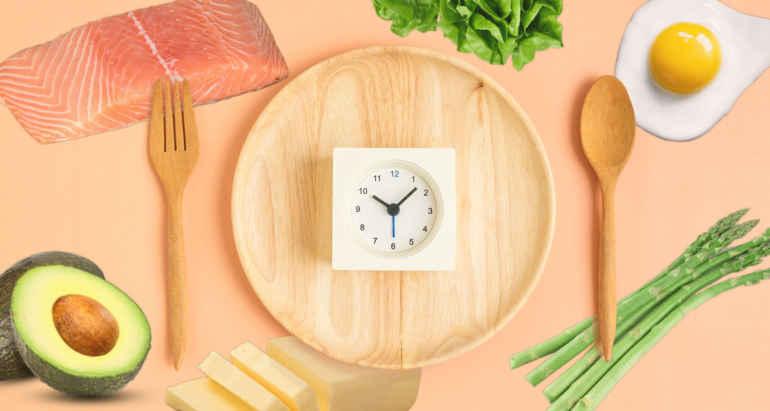 5 причин начать практиковать интервальное голодание Есть много разных способов интервального голодания. Методы варьируются в зависимости от количества быстрых дней и нормы калорий. Интеррвальное голодание подразумевает полное или частичное воздержание от еды в течение определенного количества времени, прежде чем снова регулярно питаться. Некоторые исследования показывают, что такой способ питания может принести пользу, такую как потеря лишнего веса, улучшение здоровья и увеличение продолжительности жизни. Сторонники утверждают, что прерывистую программу голодания легче поддерживать, чем традиционные диеты, контролируемые калориями. В этой статье мы обсудим основные причины практики интервального голодания. Основные причины Если вам нужны причины, чтобы попробовать интервальное голодание, то вот они: 1. Главной причиной интервального является относительно простая:« Когда уровень нашего инсулина снижается на протяжении долгого времени, как это происходит во время голодания, мы можем сжигать жир. Уровень инсулина падает, когда человек не употребляет пищу. Во время голодания снижение уровня инсулина заставляет клетки высвобождать запасенную глюкозу в виде энергии. Регулярное повторение этого процесса, как и при интервальном голодании, приводит к потере веса. Кроме того, этот тип голодания часто приводит к потреблению меньшего количества калорий в целом, что способствует снижению веса. 2. Это не сложная техника похудения. Она работает лучше всего, когда вы прекращаете есть в определенное время дня и вообще не едите ночью. Это означает, что нет закусок между сном или перед сном. Хотя время приема пищи будет отличаться от человека к человеку, многие из моих пациентов добиваются успеха, когда они едят между 10 часами утра и 18:00 вечера. 3. Сжигание жира обычно начинается примерно через 12 часов после голодания и увеличивается между 16 и 24 часами голодания. 4. Интервальное голодание также позволяет желудочно-кишечному тракту отдыхать и восстанавливаться. Это когда ваш орга