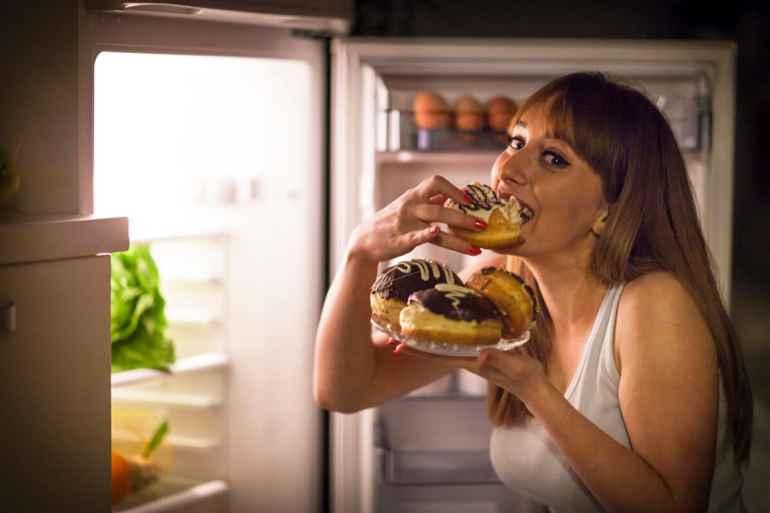 Как погрешности в питании днём провоцируют ночные перекусы