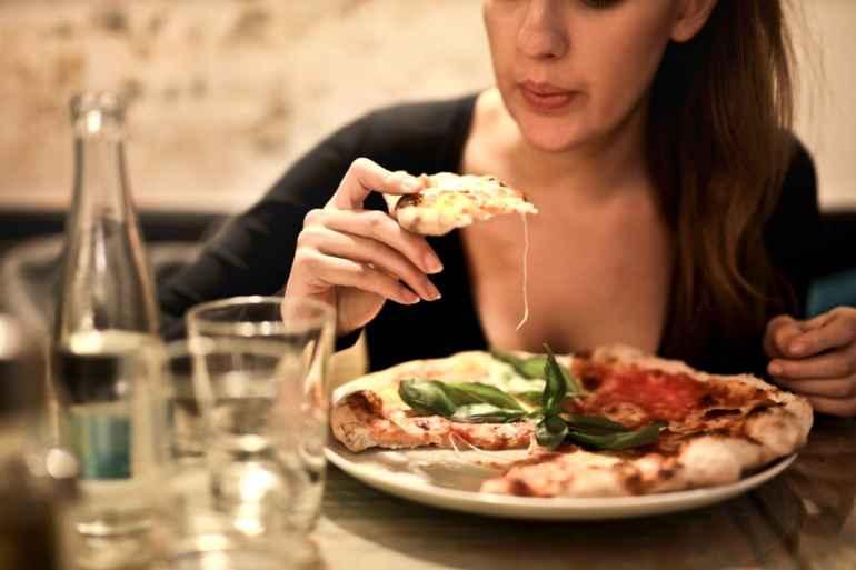 Почему вредно запивать еду и как это мешает похудению