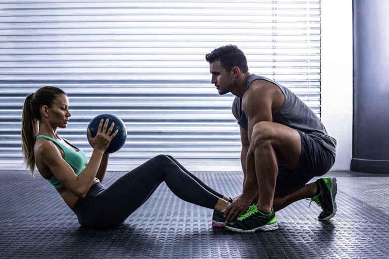 Как обойтись без спортзала в парной тренировке: 5 лучших упражнений на двоих