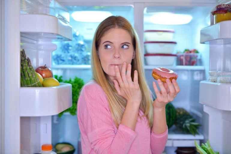 Почему в выходные хочется есть чаще обычного, и как быть тем, кто сидит дома целыми днями