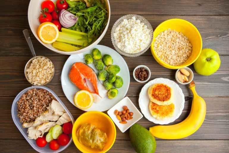 5 принципов здорового питания, которые не позволят набрать лишнего Здоровое питание – это образ жизни, а не диета. По этой причине, человек, который решает следовать принципам здорового питания, должен в полной степени пересмотреть свои пищевые привычки и рацион. Важно, чтобы он был сбалансированным и правильным. К тому же, диетологи утверждают, что достаточно одной недели, чтобы увидеть первые положительные изменения: появиться легкость внутри организма, уйдет лишняя отечность, а вес уменьшиться на 2-4 килограмма без какого-либо вреда для здоровья. 1.Время последнего приема пищи Доказано, что привычная схема питания, которая включает в себя 2-3 основных приема пищи, не является физиологической. Как показали исследования, в день человек должен питаться до 6 раз. Из этих 6 приемов, 3 – это перекусы. Но в данном случае очень важно, чтобы они были правильными и небольшими. В противном случае, это может привести к набору лишних килограммов. Оптимально есть через каждые 2-3 часа, а последний прием пищи должен осуществляться за 1,5-2 часа до сна. Это позволит не думать о еде и благополучно повлияет на засыпание. 2. Здоровый и правильный перекус Здоровый перекус должен содержать в своем составе белки и сложные углеводы. Их калорийность обычно не высокая, но все равно они насыщают организм дополнительной энергией и дают ощущение сытости. К таким перекусам можно отнести следующие продукты: • Орехи разных видов. Это идеальный вариант для перекуса, если съедать их буквально небольшую горстку. Важно! Так, как орехи являются достаточно калорийной пищей, то очень важно не передать. Например, миндаля за один раз можно съесть максимум 5-8 штук. • Йогурт. Считается также неплохим перекусом, если он не жирный. К нему можно добавить фрукты и семена. • Фрукты/ягоды. В их составе находиться достаточное количество клетчатки, долгоиграющих углеводов. • Сухофрукты. Их запросто можно комбинировать с разными ореховыми смесями. В составе присутствует оптимальное количество углеводов, которые 