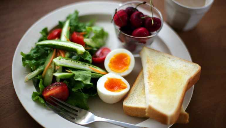 Чем плоха привычка мало завтракать и плотно ужинать