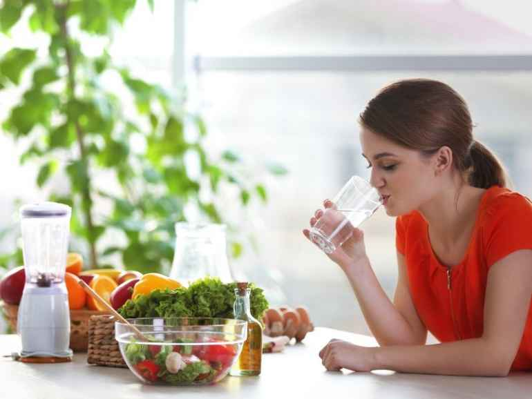 Почему напитки во время еды способствуют ожирению