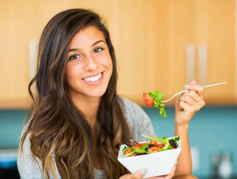 Едим «неправильной» рукой и уменьшаем аппетит: как работает уловка для худеющих