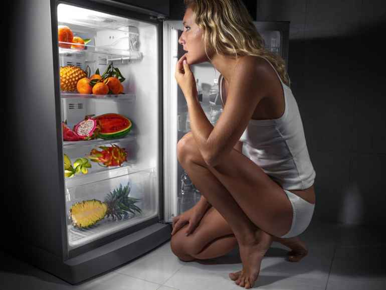 Как справиться с ночными набегами на холодильник