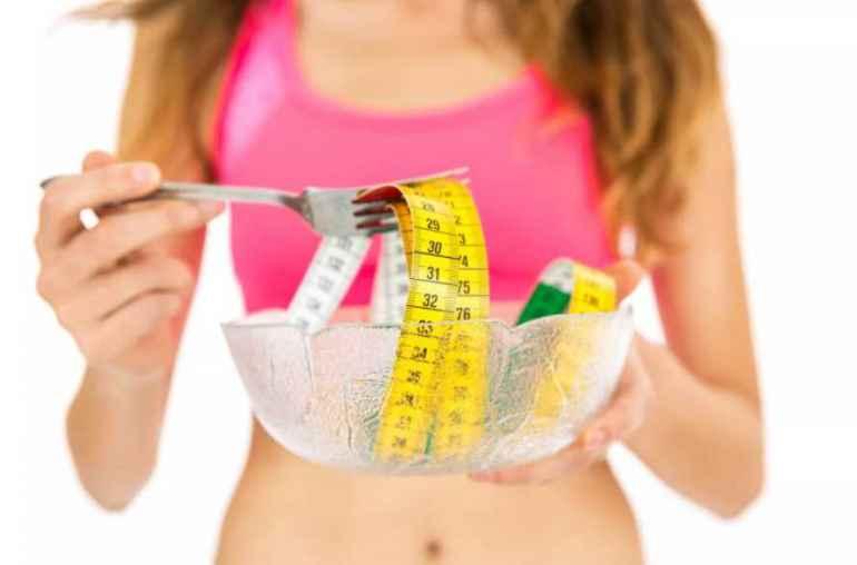 Избыточный вес и ожирение могут поставить человека под угрозу таких заболеваний, как щитовидная железа и диабет в очень молодом возрасте. Жир на животе, который представляет собой скопление жира в брюшной полости, не только неприятно выглядит на теле, но также подвергает риску нарушения липидов в крови, диабета и сердечных заболеваний. С помощью упражнений и правильной диеты получиться похудеть и даже избавиться от жира на животе. Однако проблема с лишним весом в том, что его трудно сократить. Чтобы уменьшить лишний вес, требуется немного дополнительных усилий. В последнее время набирает популярность японская программа для похудения. Японская техника, которая поможет быстро избавиться от лишнего веса Эта японская методика быстрого похудения, известная как диета долгого дыхания, включает в себя стояние в определенном положении, 3-секундный вдох и сильный выдох в течение 7 секунд. Ранее было обнаружено, что дыхательные упражнения помогают сбросить вес. Жир в основном состоит из кислорода, углеводов и водорода. Когда кислород, которым человек дышит, достигает жировых клеток, они распадаются на воду и углерод. Чем больше кислорода использует организм, тем больше жира можно будет сжечь. Чтобы быстро избавиться от лишнего веса, нужно выполнять это упражнение для жира на животе от 2 до 10 минут каждый день. Шаг 1: Встать прямо, вытолкнуть одну ногу вперед, другую отвести назад. Шаг 2: Напрячь ягодицы и перенести весь вес своего тела на стопу сзади. Шаг 3: Поднять руки над головой. Медленно вдохнуть в течение 3 секунд. Шаг 4: Энергично выдохнуть в течение 7 секунд, напрячь все мышцы тела. Повторить это как можно больше раз в течение 2-10 минут. Помимо того, что он помогает быстро избавиться от лишнего веса, он также помогает укрепить мышцы тела и улучшить обмен веществ. Помимо этого японского метода быстрого похудания также необходимо внести изменения в свой рацион. Ниже приведены продукты, которые нужно есть и избегать для быстрой потери жира на животе. Продукты, которых с